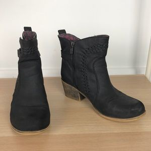 ROXY black leather heeled ankle booties size 9